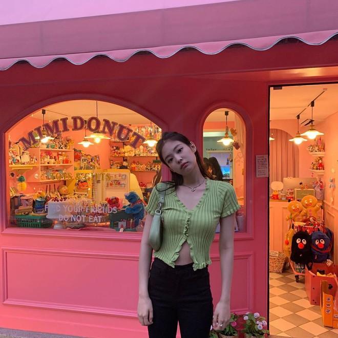 Được Jennie diện từ tám đời nào rồi mẫu áo này vẫn khiến hot girl Thái thi nhau diện suốt từ hè sang thu - Ảnh 1.