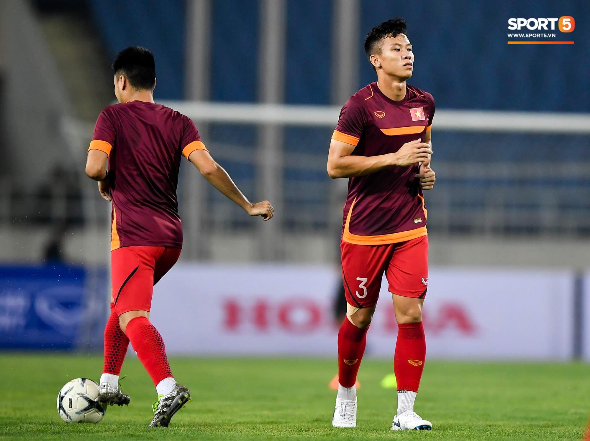 Tuyển thủ Việt Nam mặc áo cũ, không in số gây tò mò ở buổi tập áp chót trước trận chiến với Malaysia - Ảnh 3.