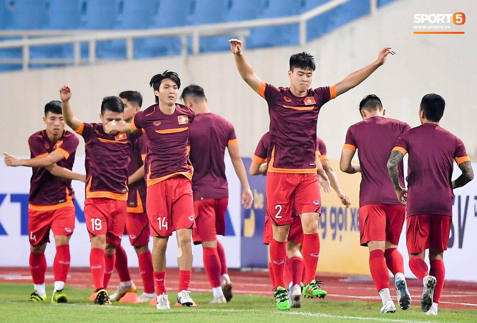 Tuyển thủ Việt Nam mặc áo cũ, không in số gây tò mò ở buổi tập áp chót trước trận chiến với Malaysia - Ảnh 5.