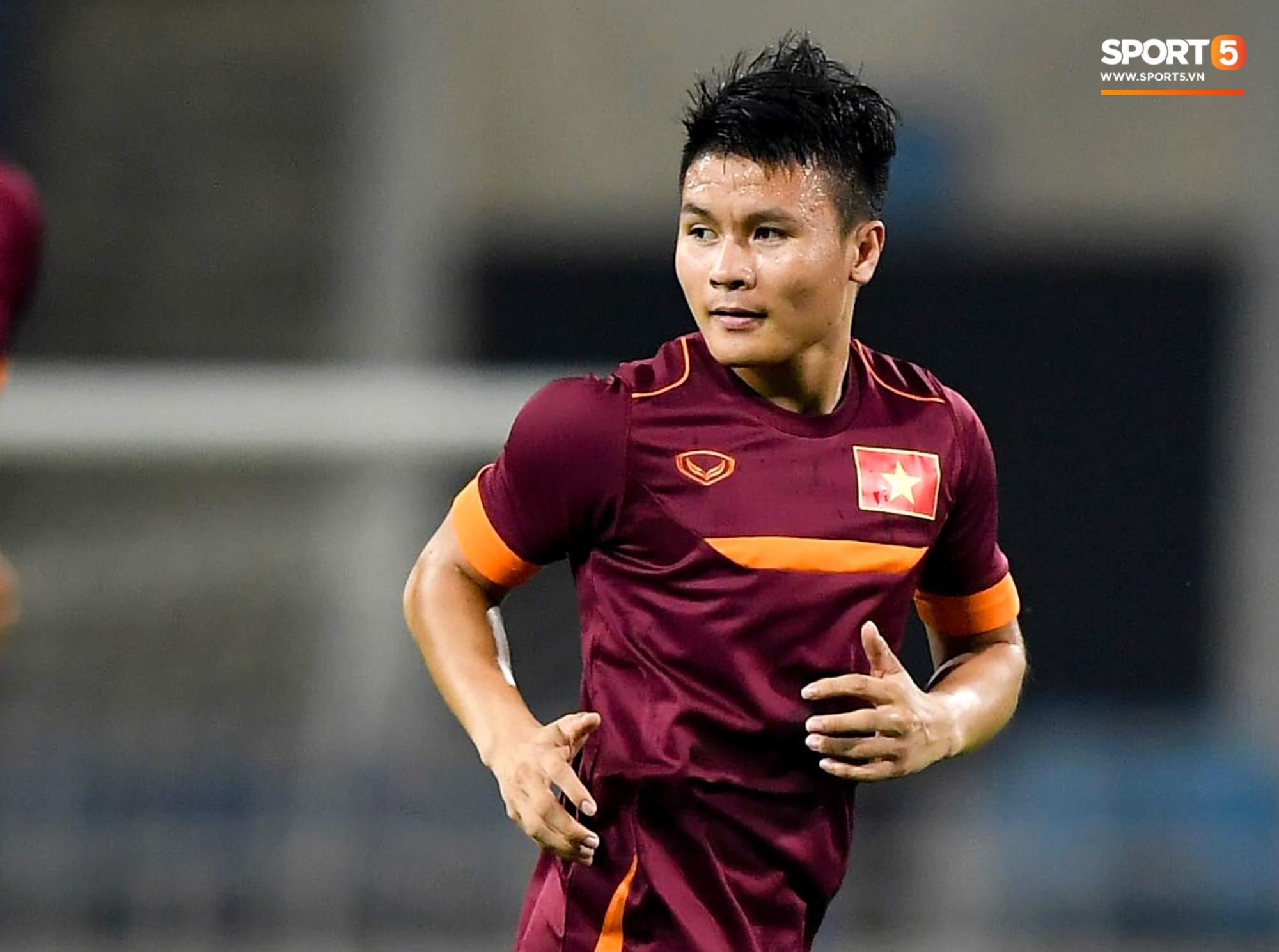 Tuyển thủ Việt Nam mặc áo cũ, không in số gây tò mò ở buổi tập áp chót trước trận chiến với Malaysia - Ảnh 2.