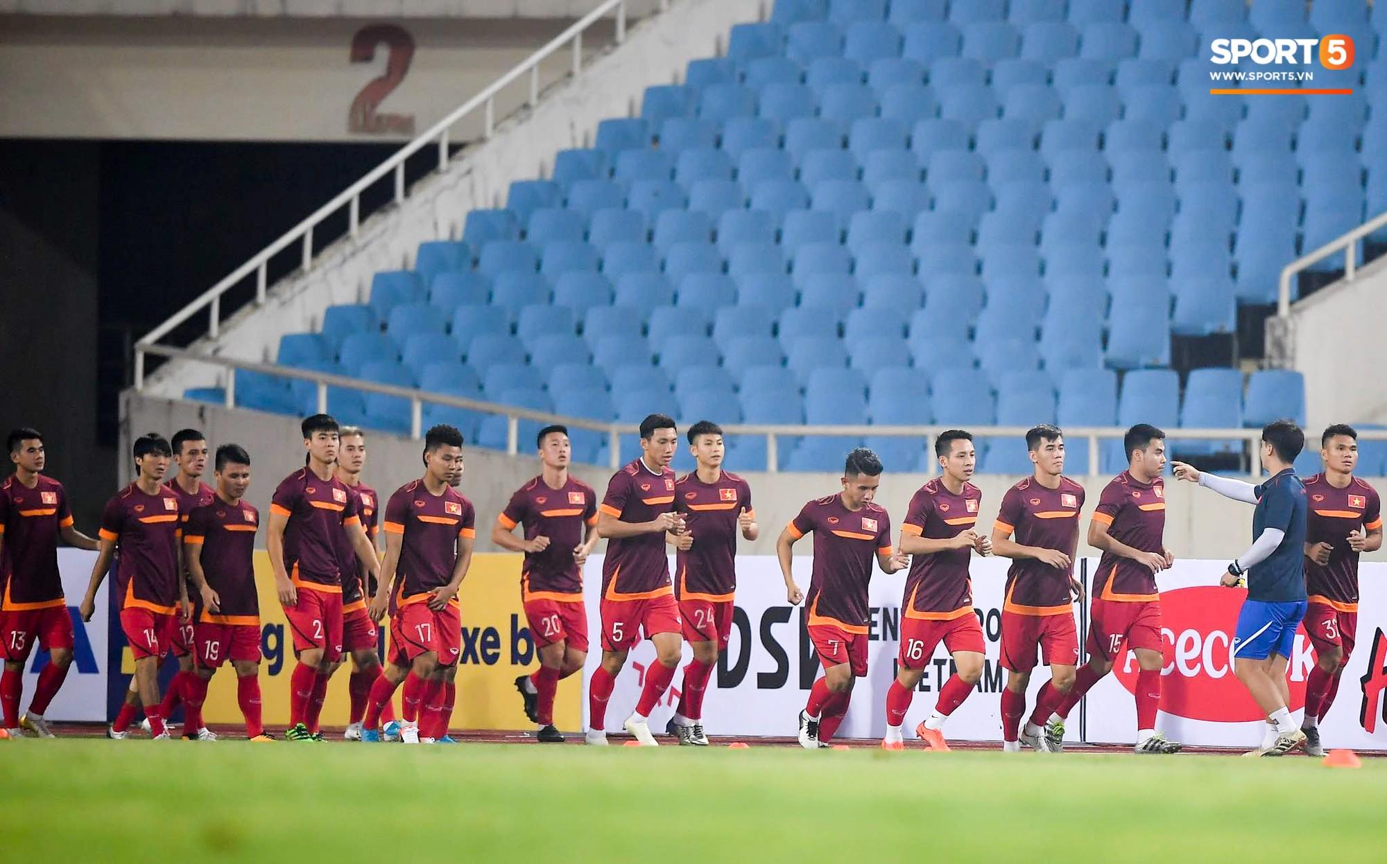 Tuyển thủ Việt Nam mặc áo cũ, không in số gây tò mò ở buổi tập áp chót trước trận chiến với Malaysia - Ảnh 1.