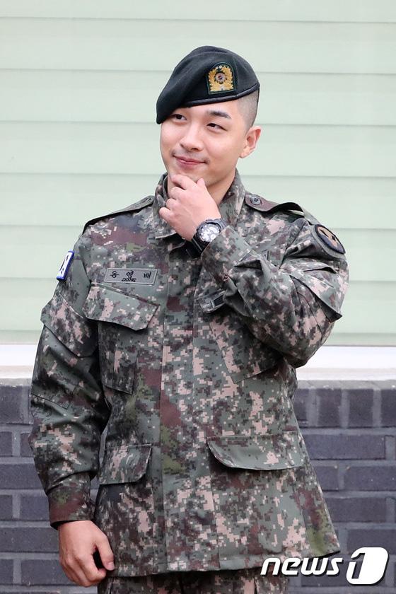Taeyang và Daesung (BIGBANG) chính thức xuất ngũ: Béo lên trông thấy, vui mừng trước 1000 fan vây kín cả khu vực - Ảnh 3.