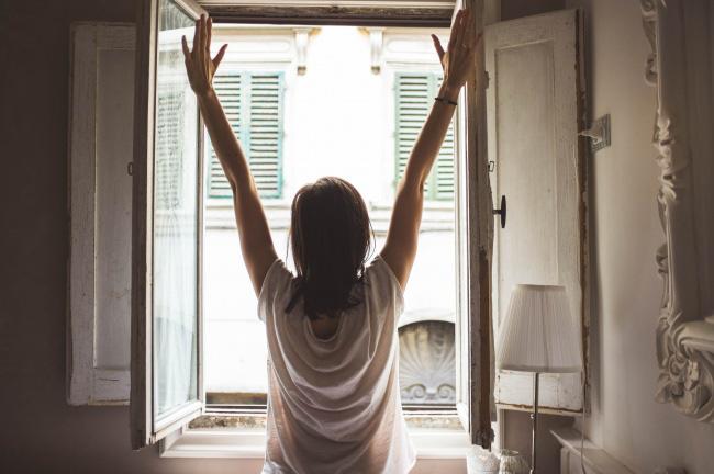 Sáng ngủ dậy mà làm những điều này chỉ khiến cân nặng tăng lên nhanh chóng mặt - Ảnh 2.