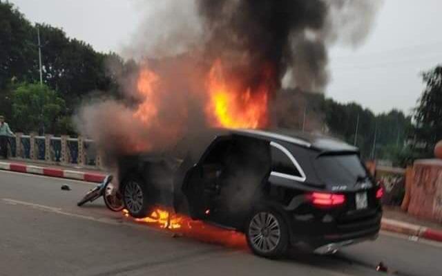 Hà Nội: Ô tô bốc cháy kinh hoàng sau va chạm với xe máy khiến 1 người phụ nữ tử vong, giao thông ùn tắc nghiêm trọng