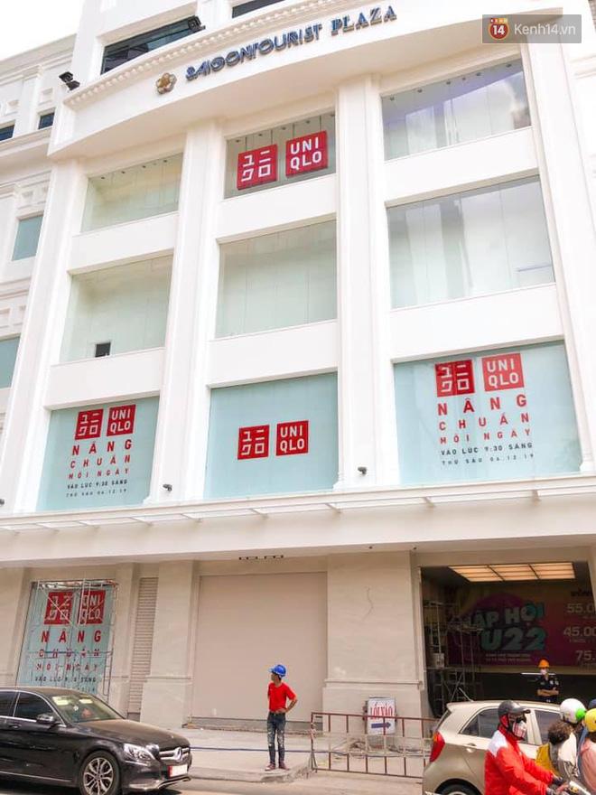 HOT: Cửa hàng Uniqlo Việt Nam đầu tiên chính thức tháo bỏ phông bạt, hé lộ quy mô 3 tầng hoành tráng nổi bần bật - Ảnh 3.