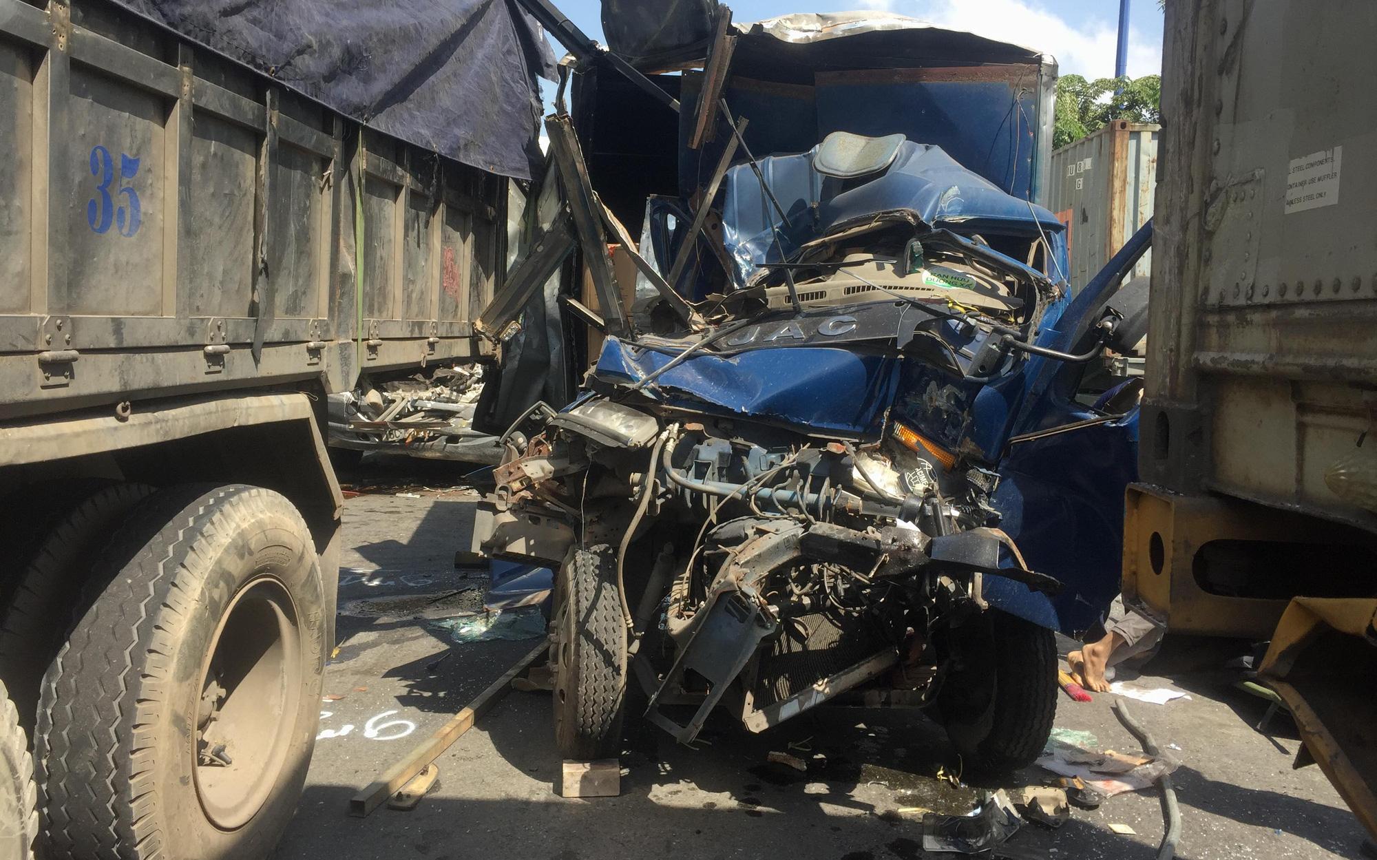 Va chạm liên hoàn trên Xa Lộ Hà Nội, lơ xe tử vong mắc ket trong xe, tài xế bị thương được dân giải cứu ở Sài Gòn