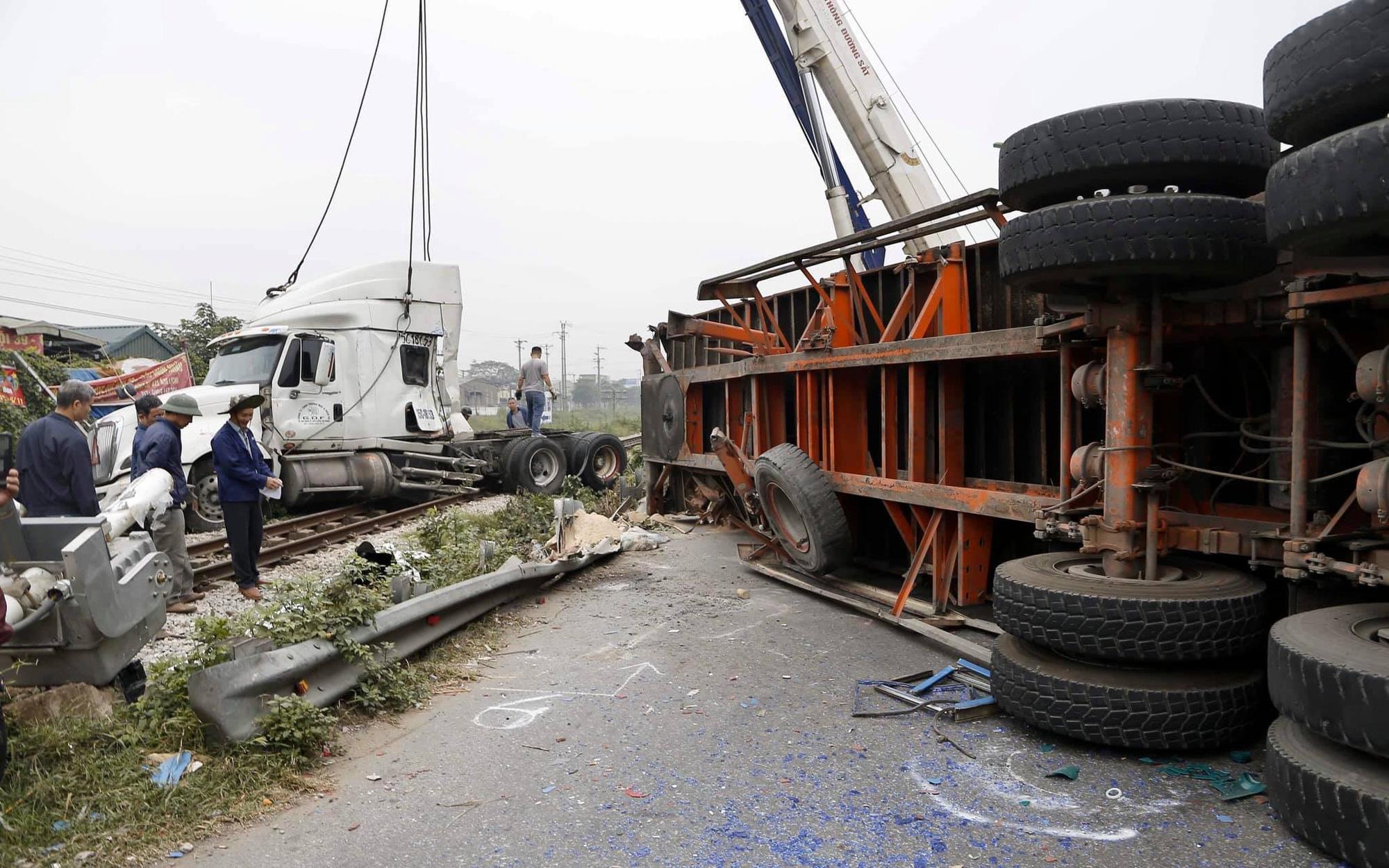 Xe đầu kéo bị tàu hỏa tông đứt đôi khi cố băng qua đường sắt, may mắn không có thương vong