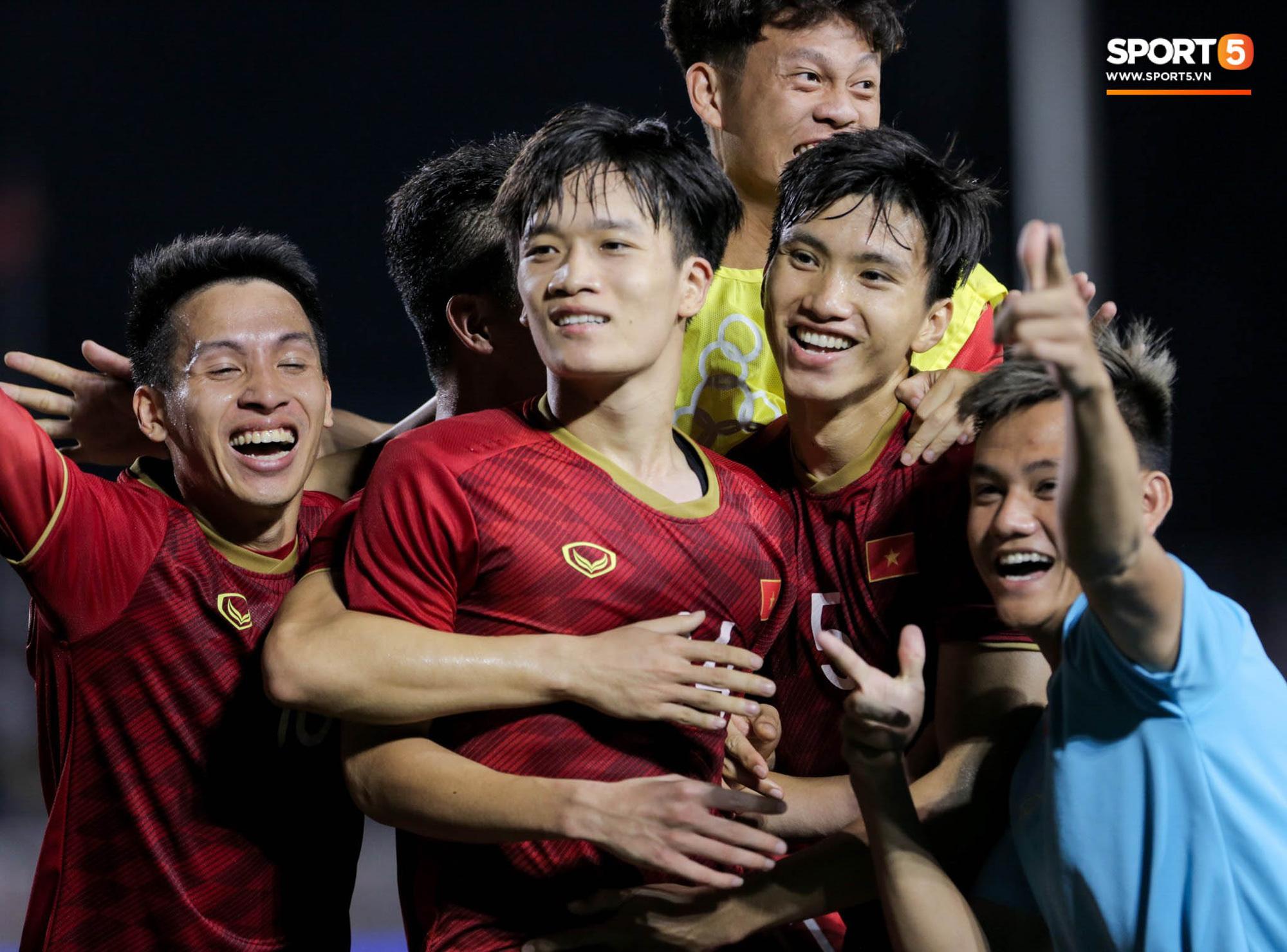 Hình ảnh vừa buồn cười, vừa thương khi bác sĩ của U22 Việt Nam hối hả tiếp nước cho cầu thủ ở trận thắng Indonesia - Ảnh 10.