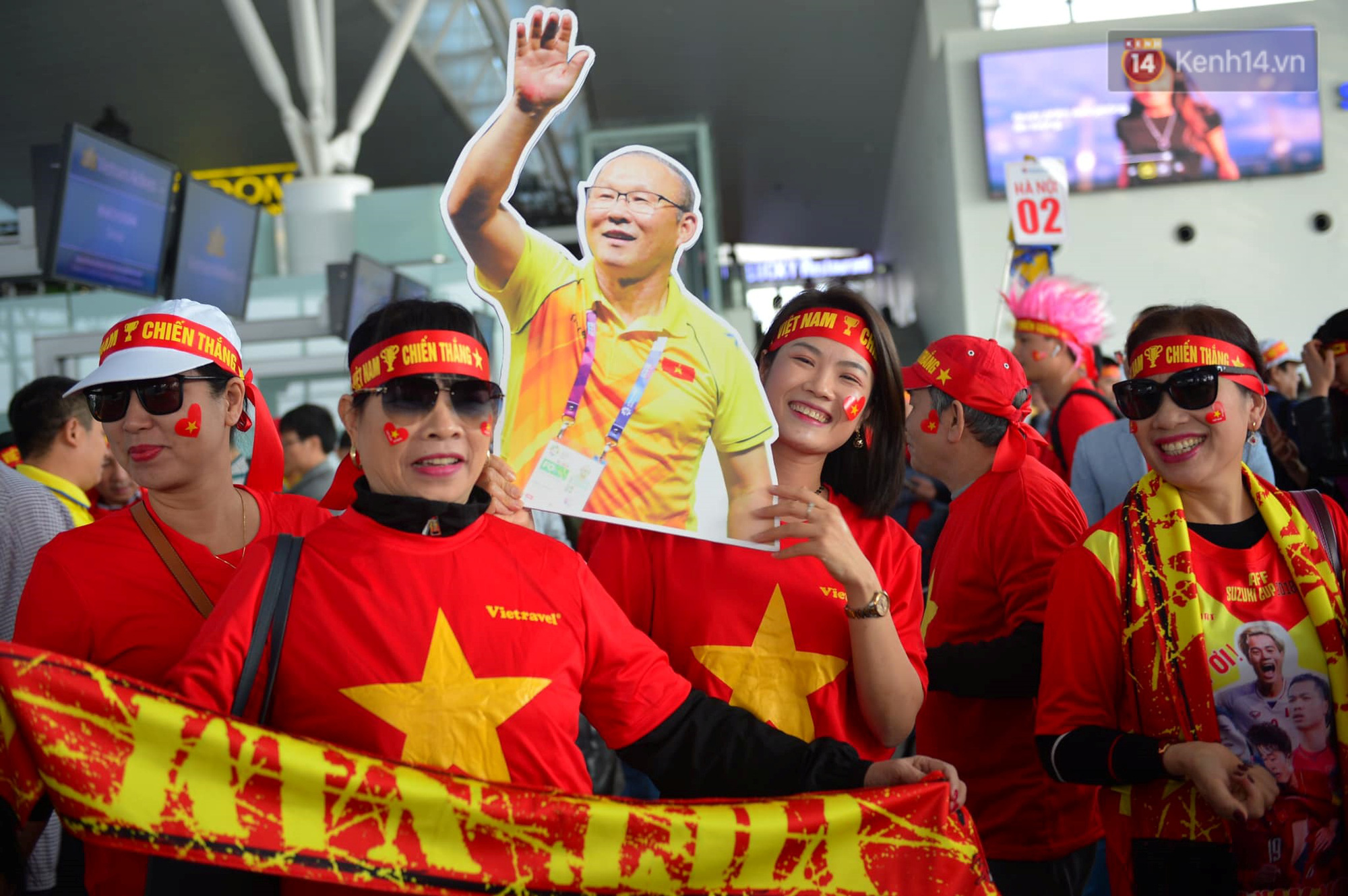 Cổ động viên Việt Nam nhuộm đỏ 1 góc sân bay Nội Bài (Hà Nội).