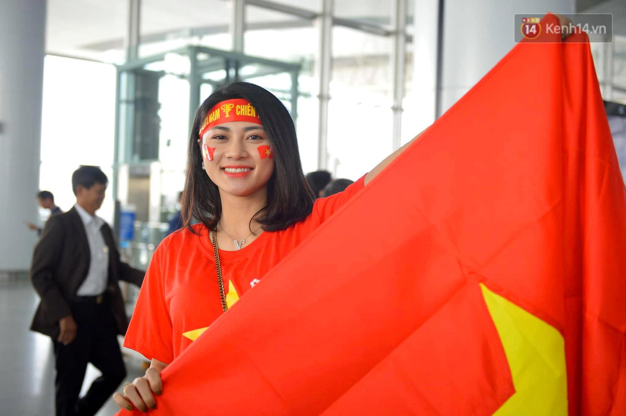 Lá cờ Tổ quốc cũng được giơ cao mang theo hy vọng thầy trò HLV Park Hang Seo sẽ làm lên lịch sử mang tấm HCV về cho Việt Nam