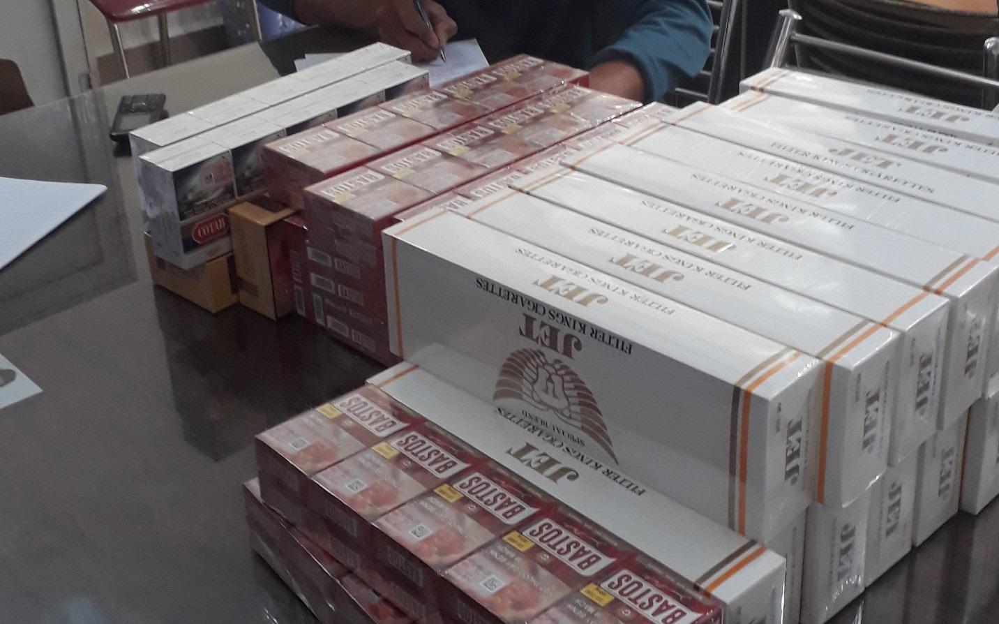Chủ tiệm tạp hoá cùng người làm công vận chuyển mua bán 73 cây thuốc lá lậu  bị phạt 110 triệu đồng