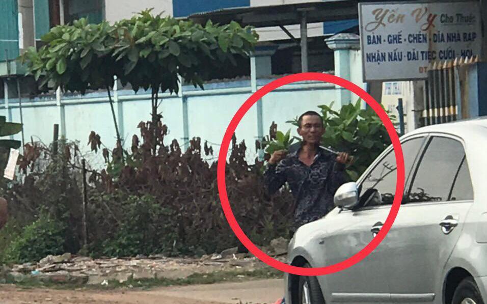 Bình Dương: Nam thanh niên biểu hiện lạ tự cầm dao kề cổ, chạy vào nhà dân cố thủ khiến cả khu phố náo loạn