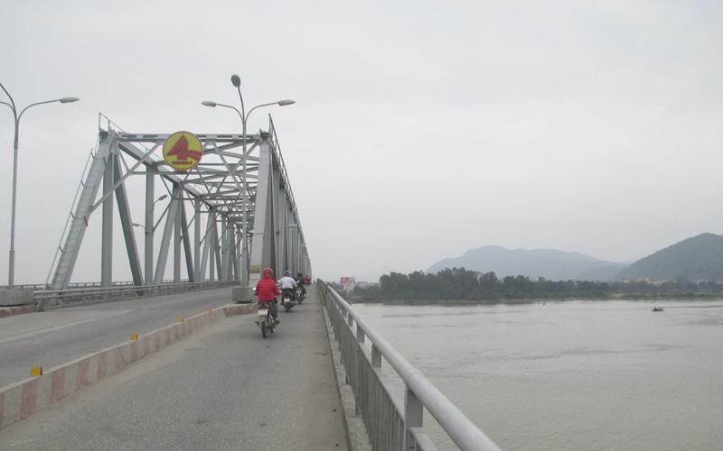 Vừa ly hôn với vợ, người đàn ông để lại xe máy trên cầu rồi nhảy xuống sông tự tử