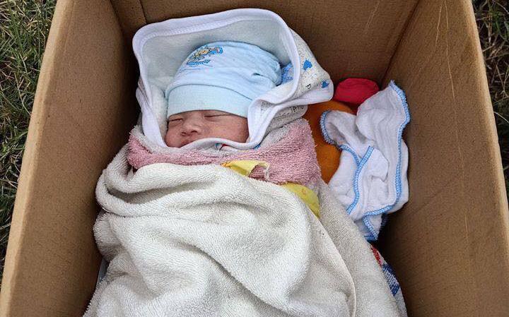 """Hà Nội: Phát hiện bé gái sơ sinh bị bỏ rơi bên vệ đường kèm theo tờ giấy """"hoàn cảnh khó khăn không nuôi được cháu"""""""