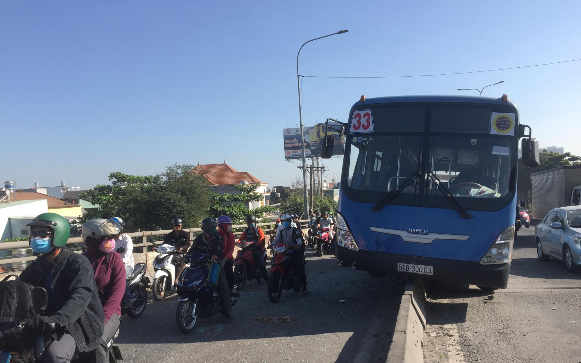 """Nhiều người thoát chết khi xe buýt """"đại náo"""" quốc lộ, """"trèo"""" lên dải phân cách ở Sài Gòn"""