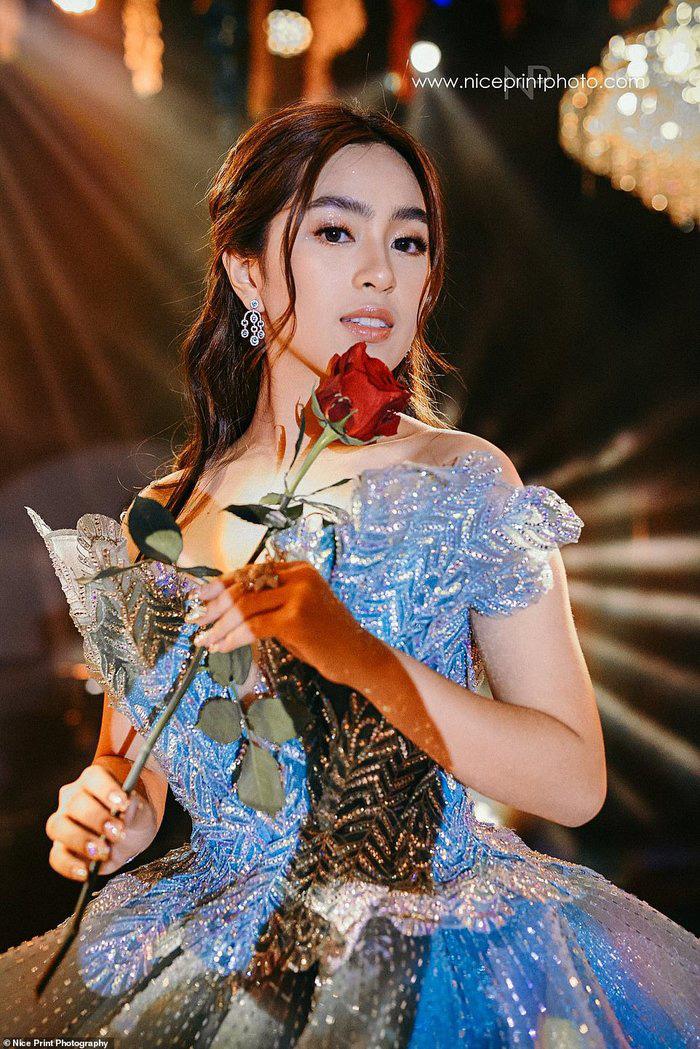 Sinh nhật 18 tuổi của Con nhà siêu giàu châu Á: Thay một lúc 6 bộ váy công chúa, bánh kem sương sương trăm triệu chứ nhiêu - Ảnh 4.