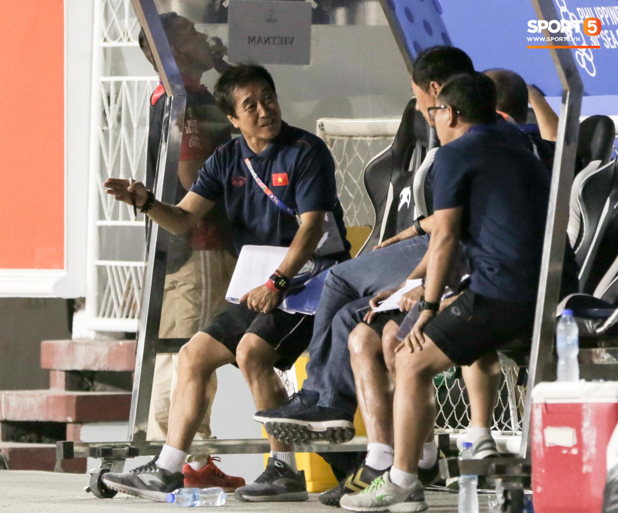 Hình ảnh vừa buồn cười, vừa thương khi bác sĩ của U22 Việt Nam hối hả tiếp nước cho cầu thủ ở trận thắng Indonesia - Ảnh 9.