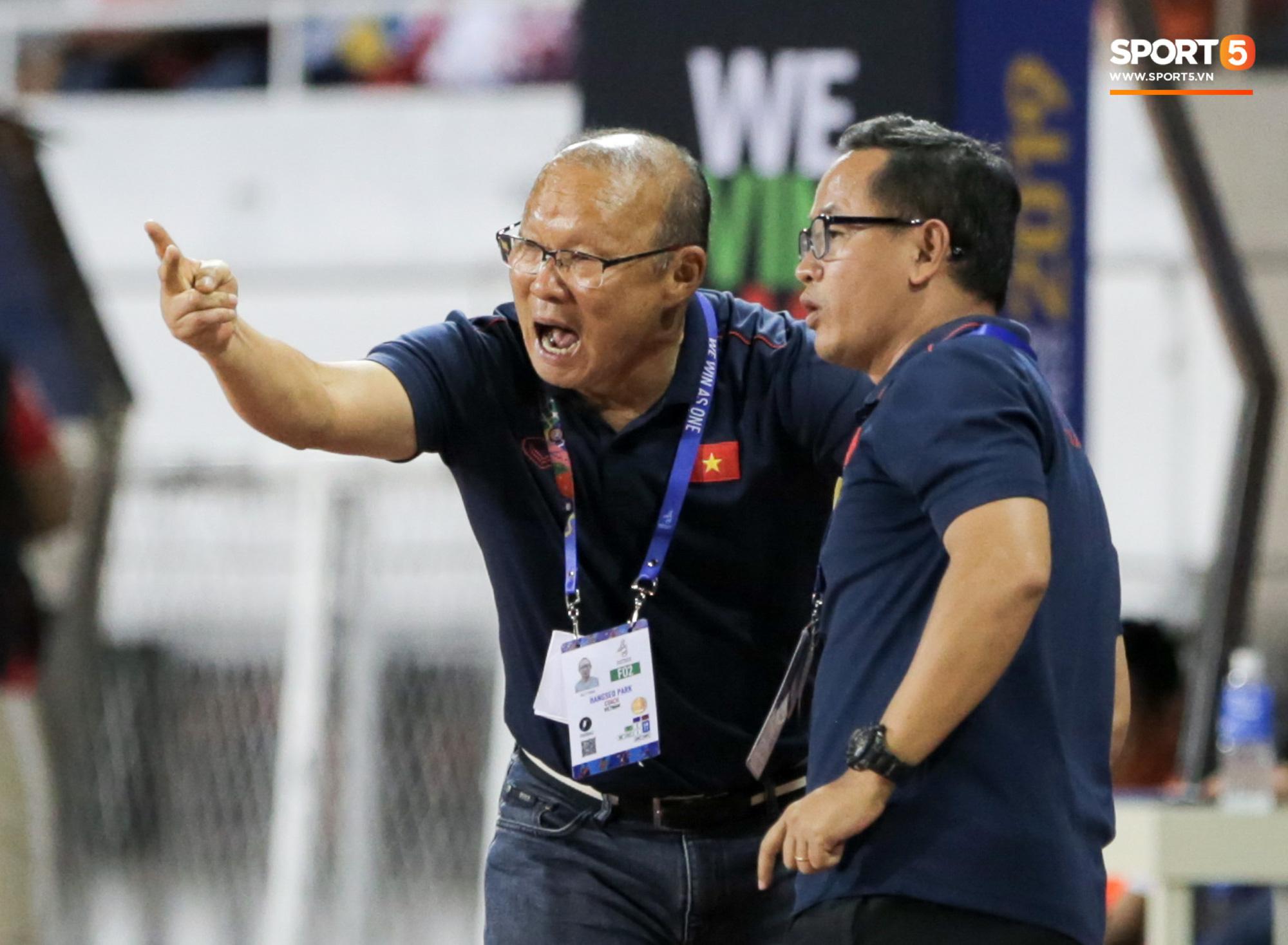 Hình ảnh vừa buồn cười, vừa thương khi bác sĩ của U22 Việt Nam hối hả tiếp nước cho cầu thủ ở trận thắng Indonesia - Ảnh 7.