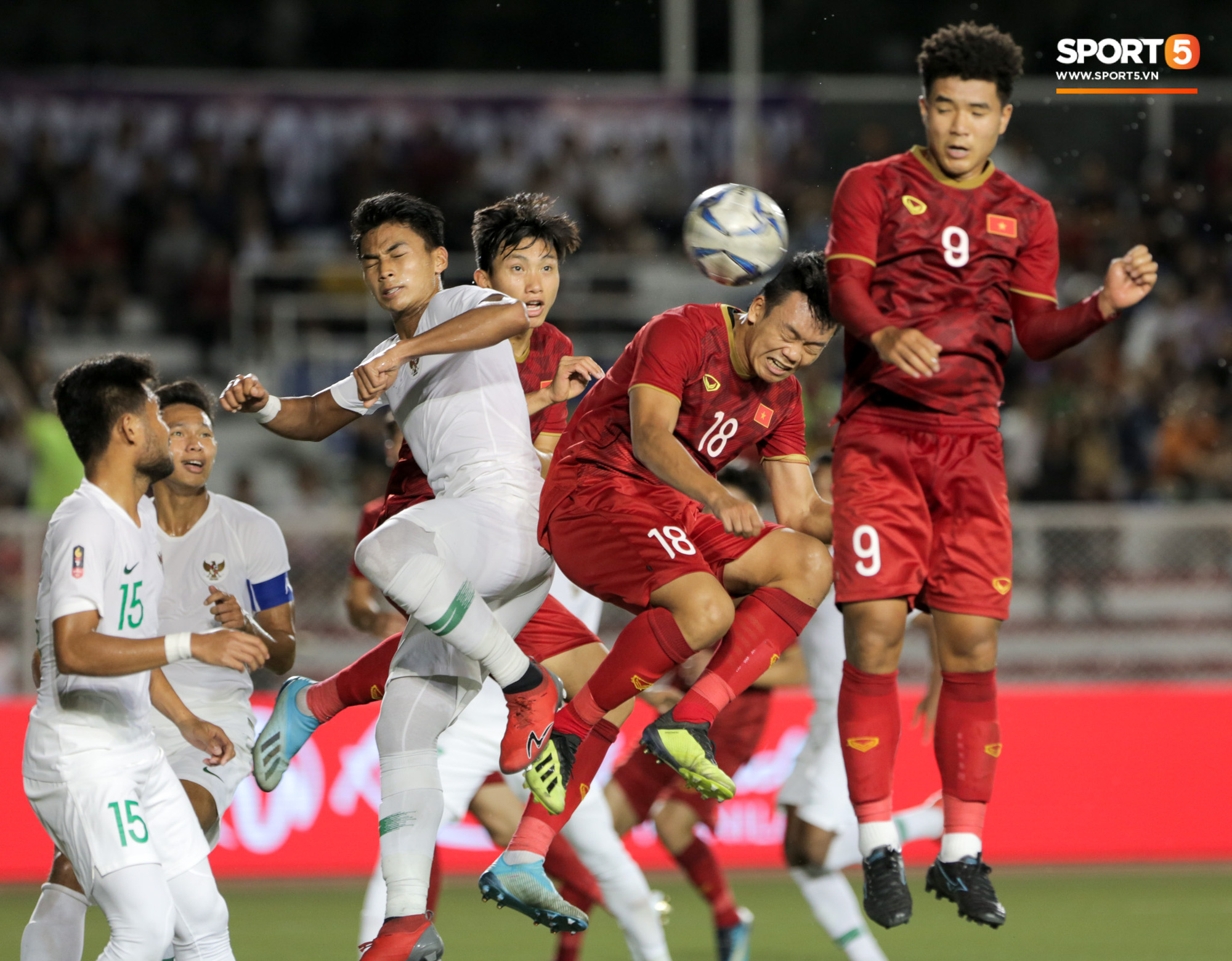 Hình ảnh vừa buồn cười, vừa thương khi bác sĩ của U22 Việt Nam hối hả tiếp nước cho cầu thủ ở trận thắng Indonesia - Ảnh 1.