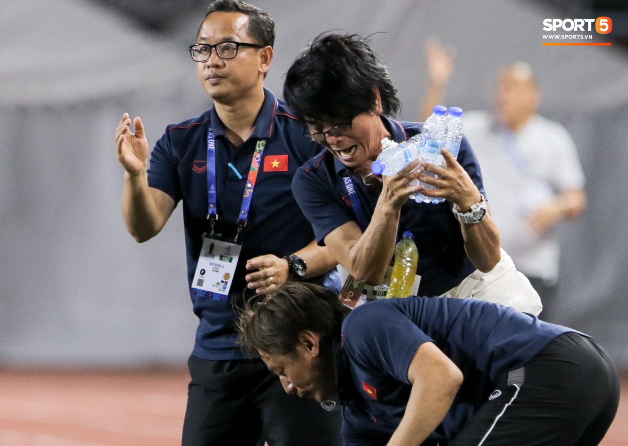 Hình ảnh vừa buồn cười, vừa thương khi bác sĩ của U22 Việt Nam hối hả tiếp nước cho cầu thủ ở trận thắng Indonesia - Ảnh 4.