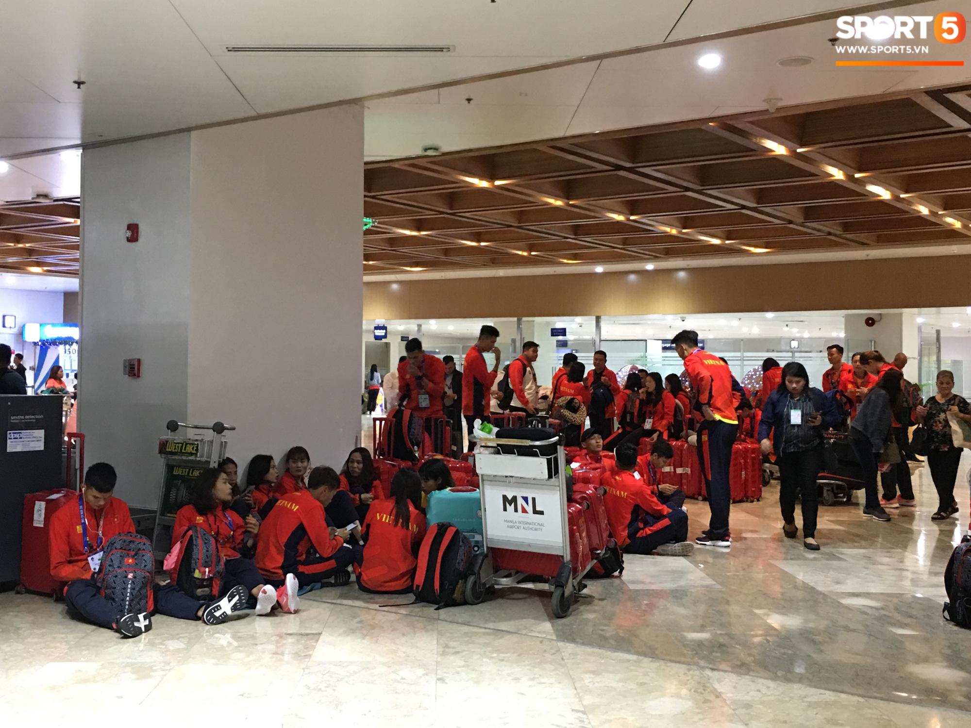 Xe buýt lại đến muộn, đoàn VĐV Việt Nam tranh thủ mở đồ ăn đánh chén ngay tại sân bay sau chuyến đi hú hồn - Ảnh 13.