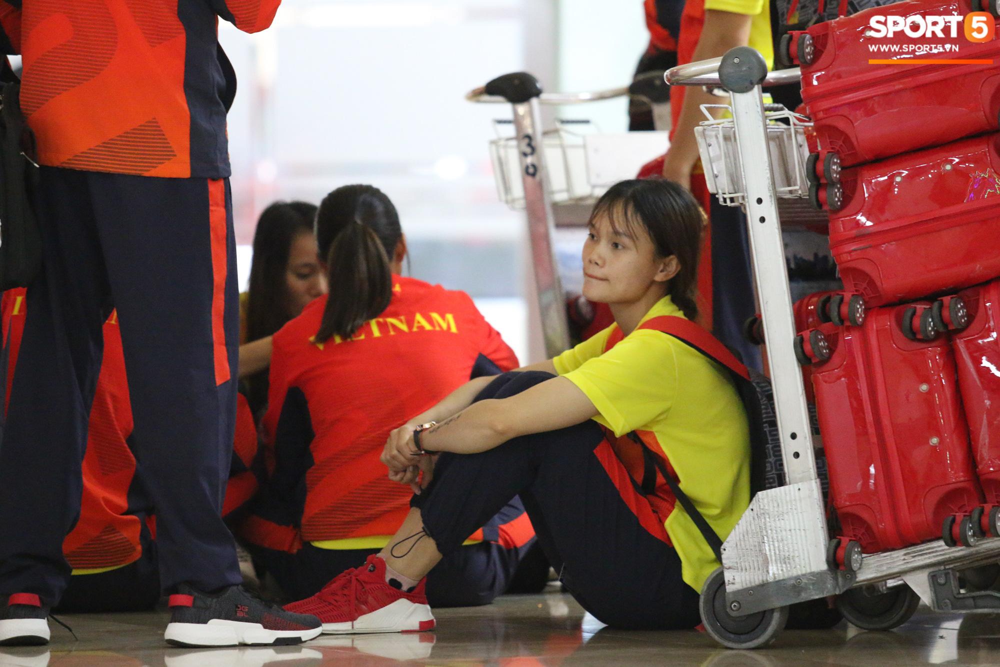 Xe buýt lại đến muộn, đoàn VĐV Việt Nam tranh thủ mở đồ ăn đánh chén ngay tại sân bay sau chuyến đi hú hồn - Ảnh 1.