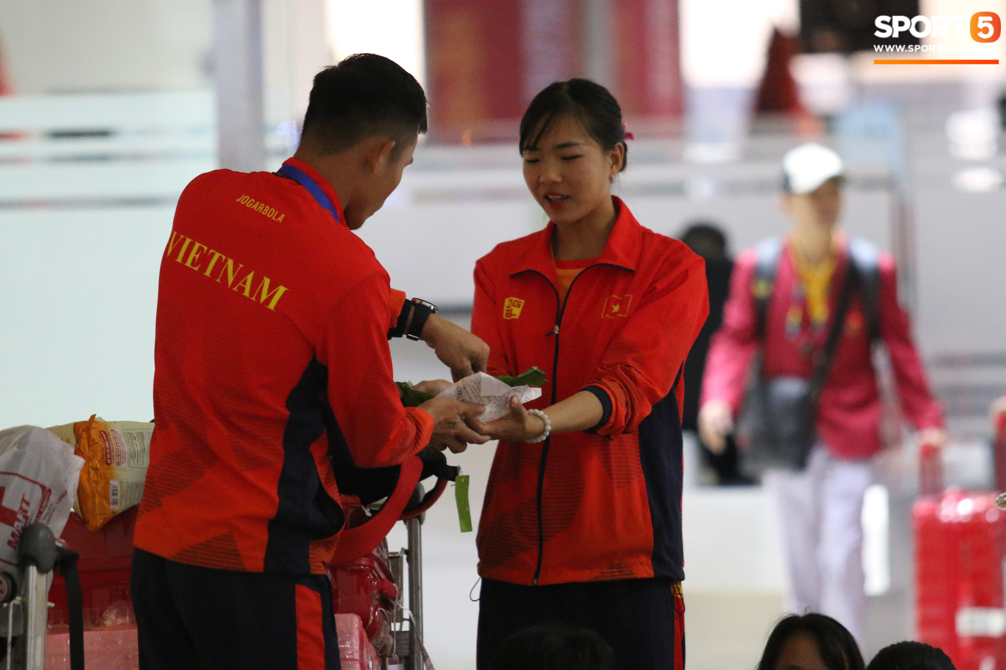 Xe buýt lại đến muộn, đoàn VĐV Việt Nam tranh thủ mở đồ ăn đánh chén ngay tại sân bay sau chuyến đi hú hồn - Ảnh 3.