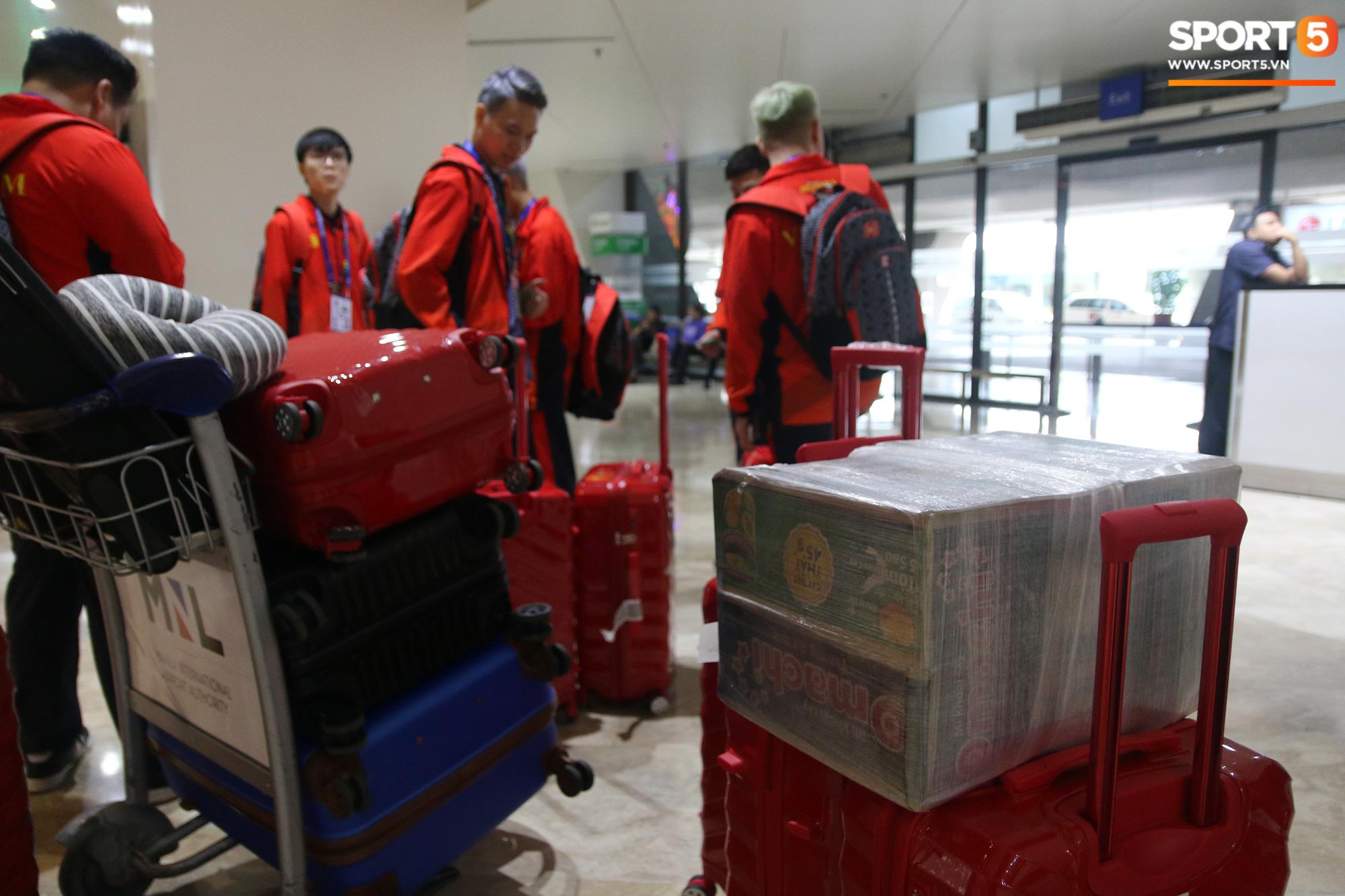 Xe buýt lại đến muộn, đoàn VĐV Việt Nam tranh thủ mở đồ ăn đánh chén ngay tại sân bay sau chuyến đi hú hồn - Ảnh 12.