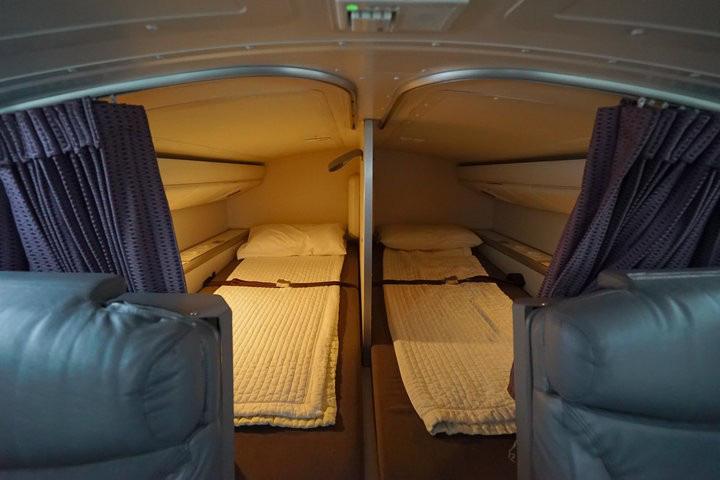 Hoá ra trên máy bay có phòng ngủ riêng cho phi công và tiếp viên: phải đi vào bằng lối bí mật, độ rộng - hẹp thì còn tuỳ - Ảnh 8.