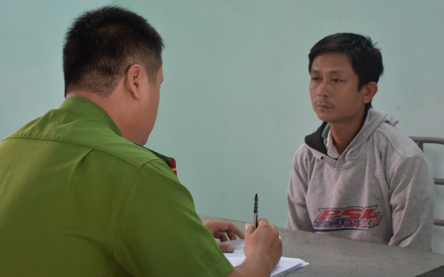 Bắt giam gã hàng xóm hiếp dâm bé gái 8 tuổi