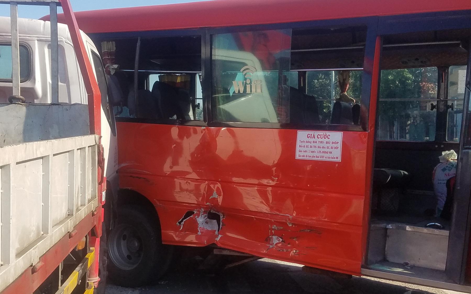 Xe tải cẩu húc xe khách, 5 người bị thương nặng nhập viện cấp cứu ở Sài Gòn