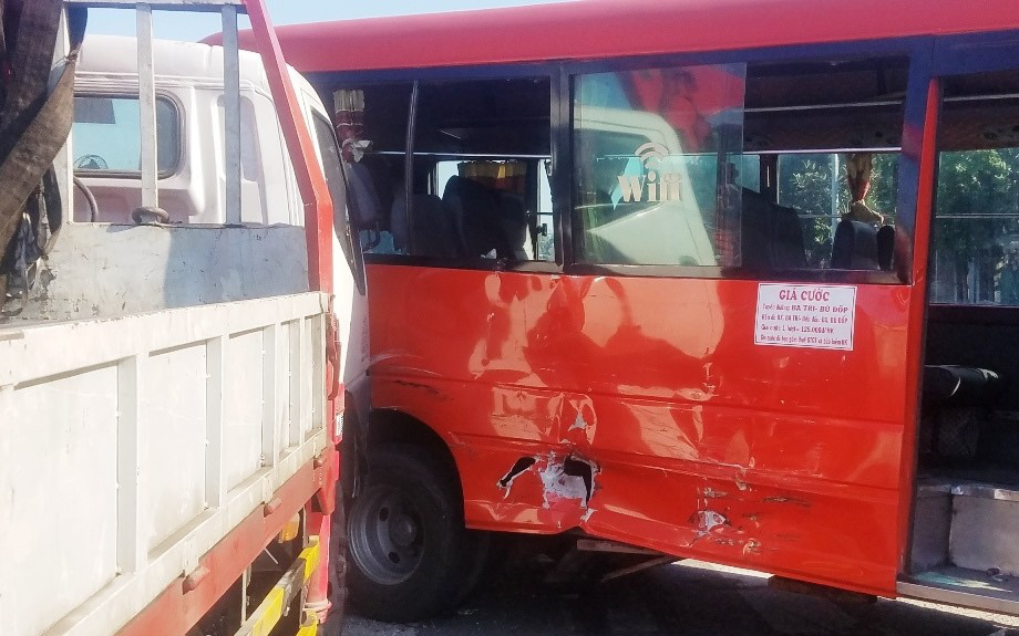 TP.HCM: Xe tải cẩu đâm xe khách đẩy đi nhiều mét, nhiều người bị thương gào khóc kêu cứu