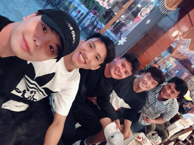 Trịnh Thăng Bình gặp các cầu thủ Duy Mạnh, Quang Hải, Văn Hậu,... Nam ca sĩ hài hước đùa đây là đội bóng cũ cách đây 4 năm của mình.