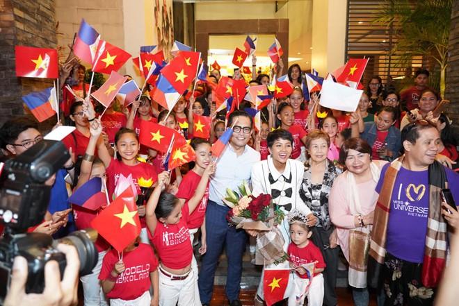 Fan Philippines mặc áo Cờ đỏ sao vàng, nồng nhiệt đón chào HHen Niê khiến mỹ nhân Việt suýt khóc - Ảnh 3.
