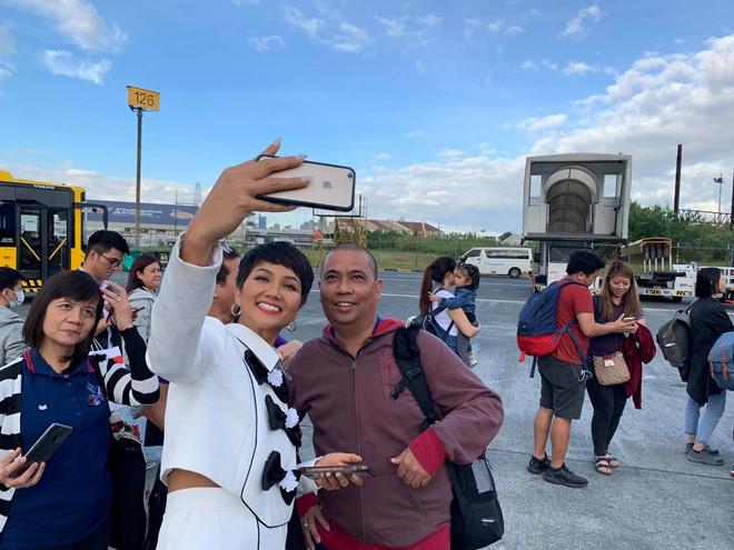 Fan Philippines mặc áo Cờ đỏ sao vàng, nồng nhiệt đón chào HHen Niê khiến mỹ nhân Việt suýt khóc - Ảnh 6.
