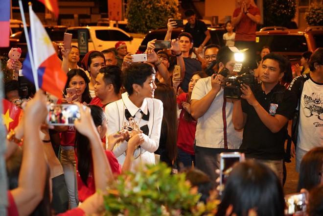 Fan Philippines mặc áo Cờ đỏ sao vàng, nồng nhiệt đón chào HHen Niê khiến mỹ nhân Việt suýt khóc - Ảnh 2.