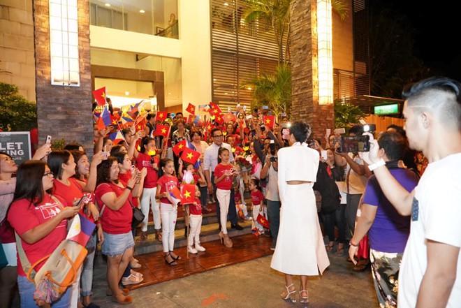 Fan Philippines mặc áo Cờ đỏ sao vàng, nồng nhiệt đón chào HHen Niê khiến mỹ nhân Việt suýt khóc - Ảnh 1.