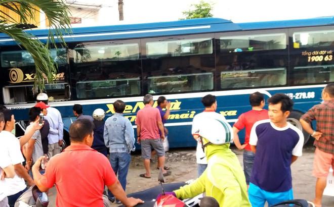 Xe khách lao vào nhà dân bên đường, hàng chục người thoát chết ngày cận Tết - Ảnh 1.