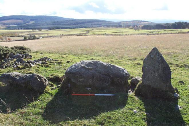 Cú lừa đầu năm: Tưởng có niên đại 4.000 năm, hóa ra vòng đá này mới chỉ... 20 tuổi - Ảnh 2.