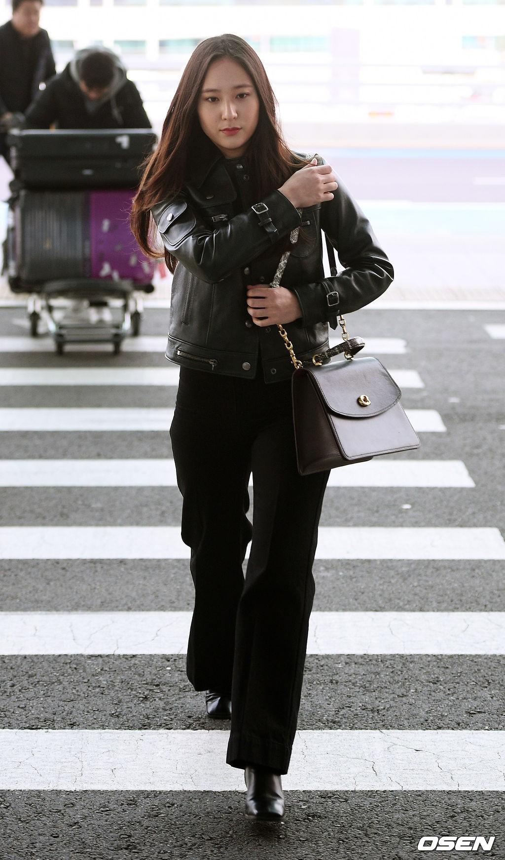 Cùng tăng cân khi xuất hiện tại sân bay: Krystal bị chê vừa thô vừa xuống sắc, Seohyun được khen xinh rạng rỡ - Ảnh 1.