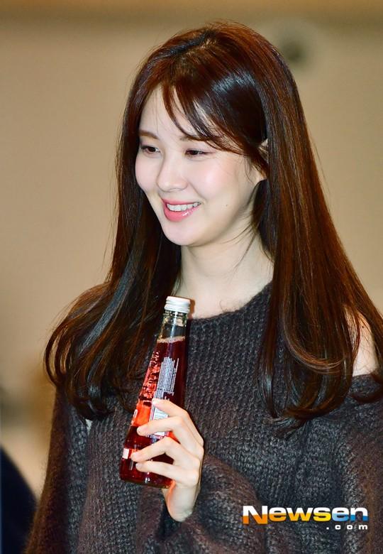 Cùng tăng cân khi xuất hiện tại sân bay: Krystal bị chê vừa thô vừa xuống sắc, Seohyun được khen xinh rạng rỡ - Ảnh 11.