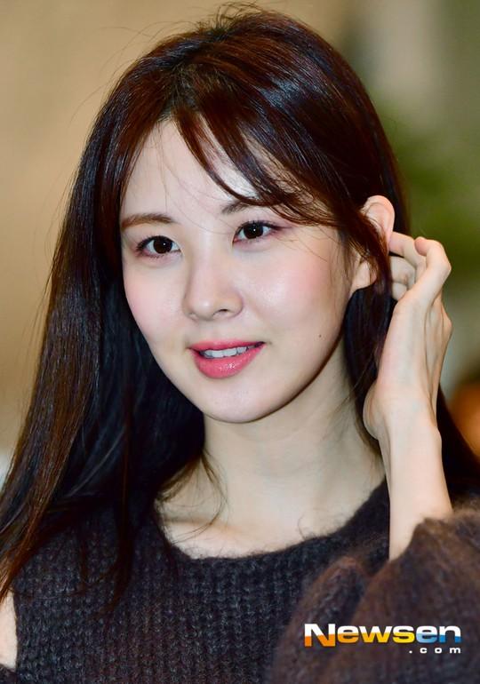 Cùng tăng cân khi xuất hiện tại sân bay: Krystal bị chê vừa thô vừa xuống sắc, Seohyun được khen xinh rạng rỡ - Ảnh 12.