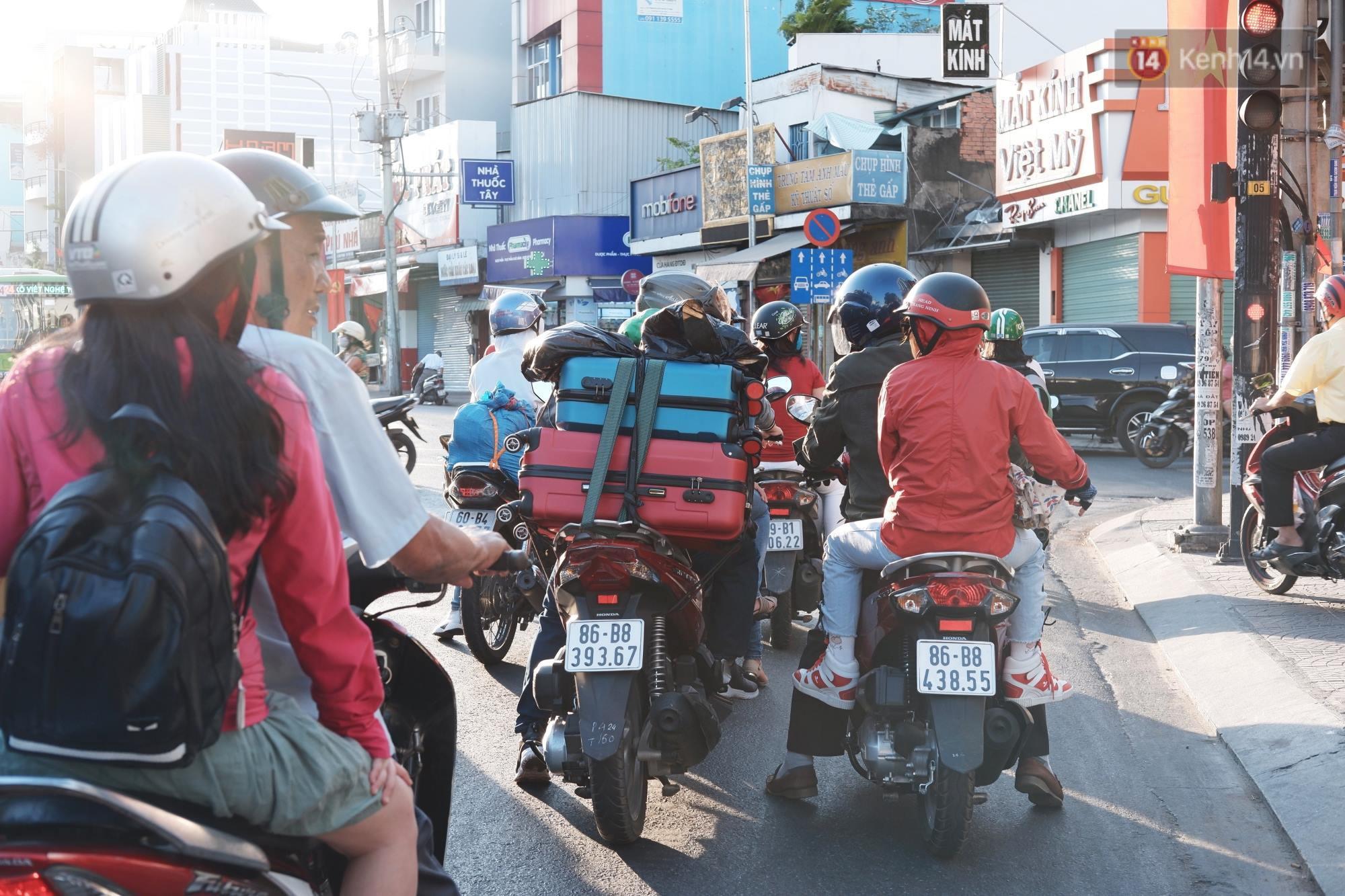 """""""Biển"""" người hối hả quay lại thành phố sau Tết gây ùn tắc nghiêm trọng khu vực cửa ngõ Sài Gòn - Ảnh 6."""