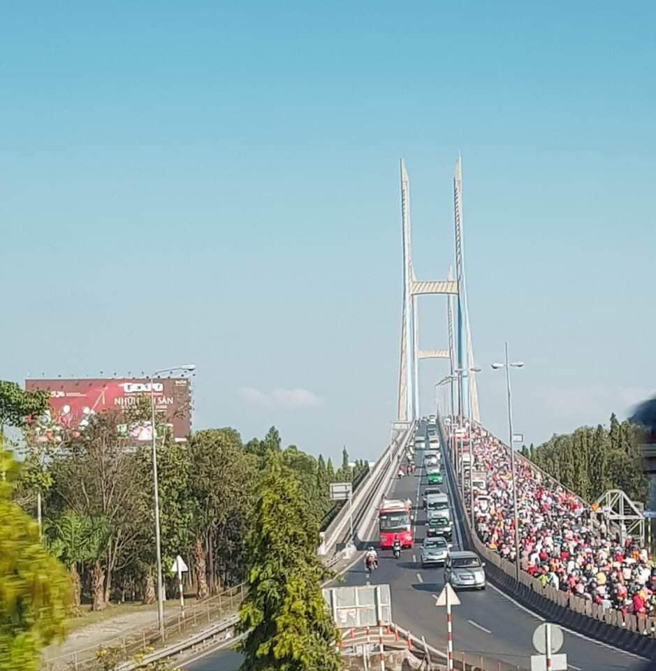 Khoảnh khắc trái ngược trên cầu Mỹ Thuận: Làn đường hướng về Sài Gòn chật kín người, làn ngược lại về miền Tây rộng thênh thang - Ảnh 5.