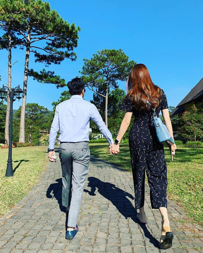 Cường Đô La nắm tay Đàm Thu Trang ngọt ngào, hành động hành động chứng minh tình cảm hơn mọi lời nói - Ảnh 1.