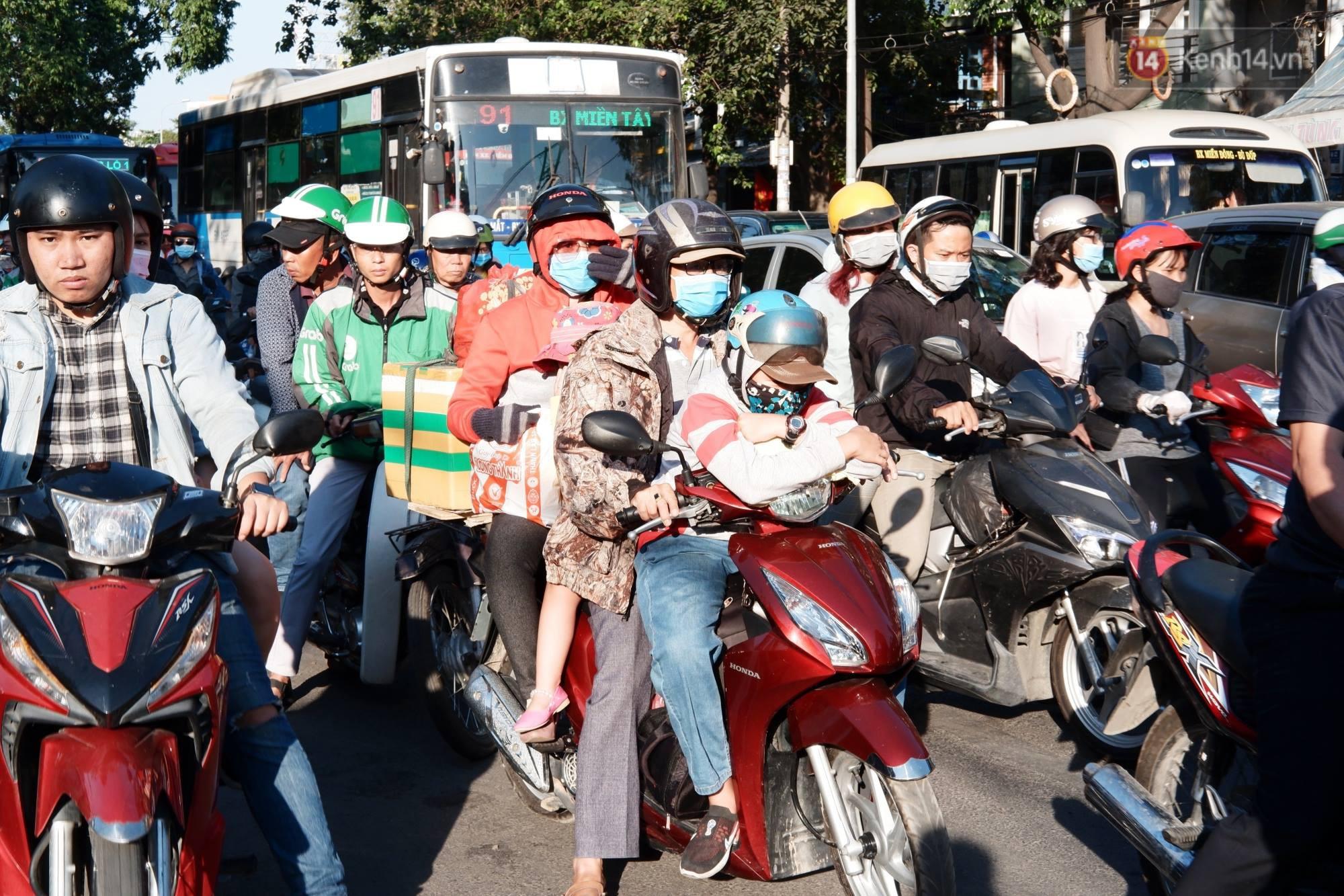 """""""Biển"""" người hối hả quay lại thành phố sau Tết gây ùn tắc nghiêm trọng khu vực cửa ngõ Sài Gòn - Ảnh 9."""