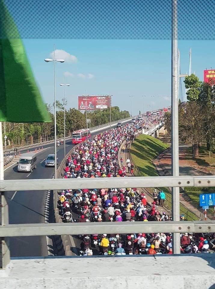 Khoảnh khắc trái ngược trên cầu Mỹ Thuận: Làn đường hướng về Sài Gòn chật kín người, làn ngược lại về miền Tây rộng thênh thang - Ảnh 2.