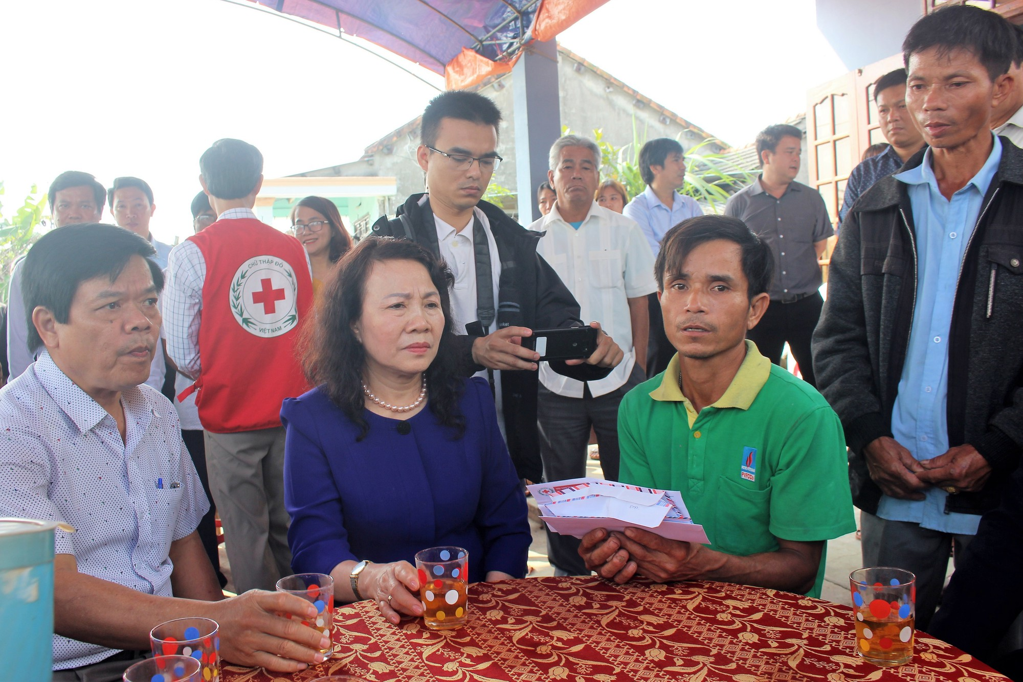 Thứ trưởng Bộ GD-ĐT thăm hỏi và gửi lời chia buồn đến gia đình 6 học sinh chết đuối ngày Tết ở Quảng Nam - Ảnh 1.