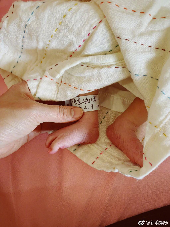 Chú Ỉn Con đầu tiên của Cbiz xuất hiện: Mỹ nhân Bộ Bộ Kinh Tâm hạ sinh quý tử đầu lòng nặng 2,6kg - Ảnh 2.