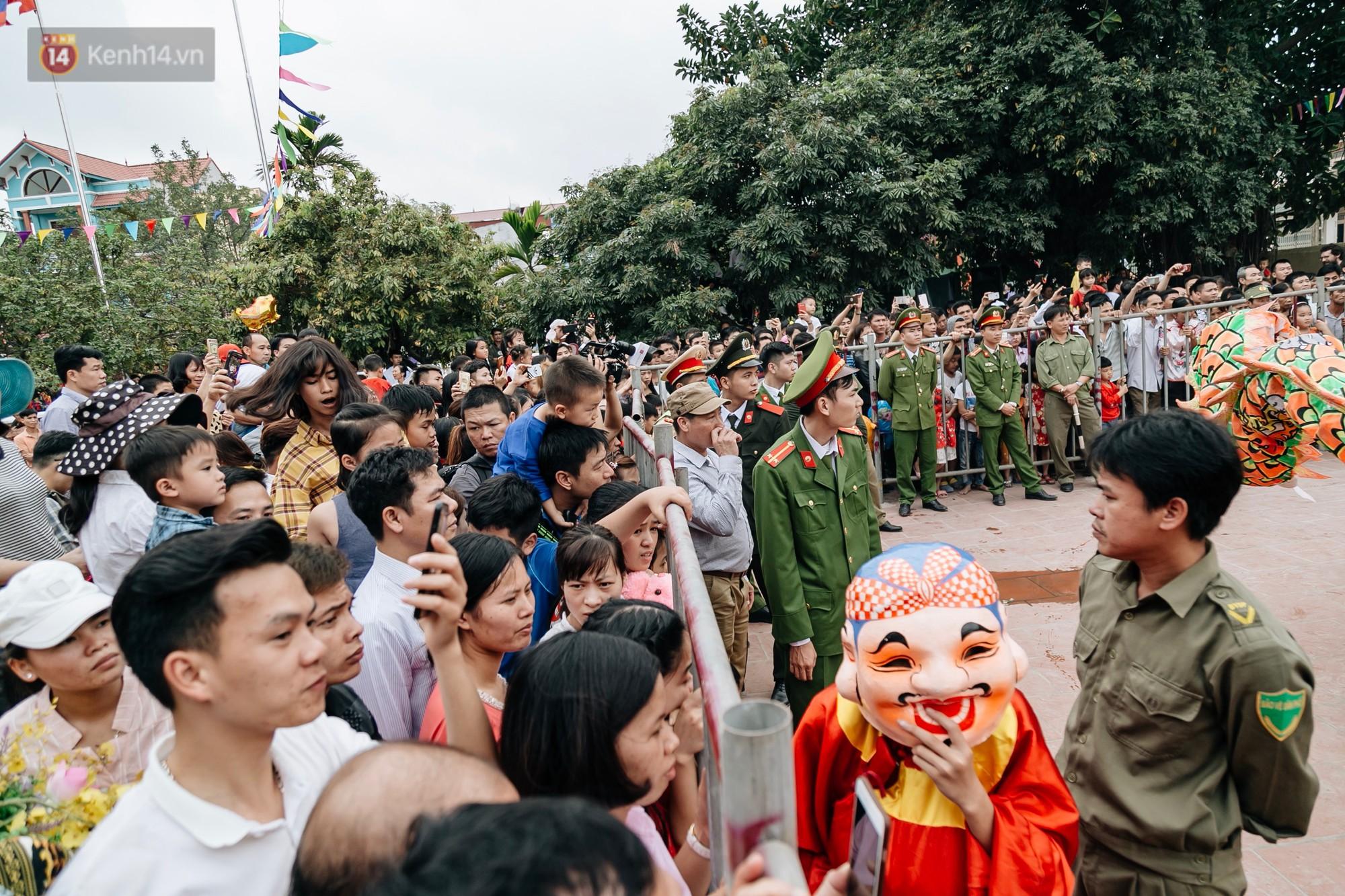Ảnh, clip: Hàng trăm người dân tập trung chứng kiến nghi lễ chém lợn kín ngày đầu năm, máu 2 ông Ỉn chảy lênh láng - Ảnh 16.